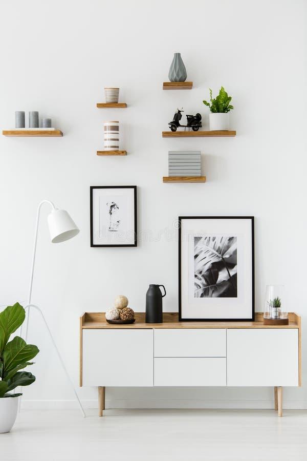 Plakat na drewnianej spiżarni w białym żywym izbowym wnętrzu z zwianiem zdjęcia stock