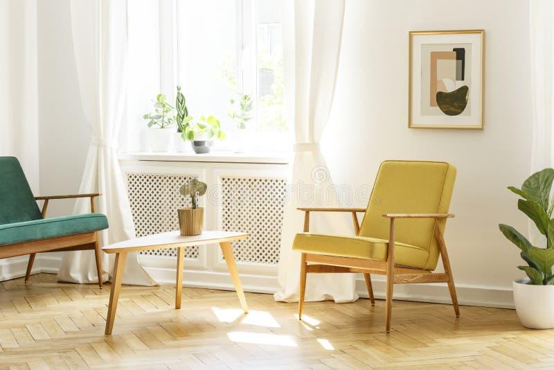 Plakat nad koloru żółtego drewniany karło przy stołem w retro żywym roo zdjęcie stock