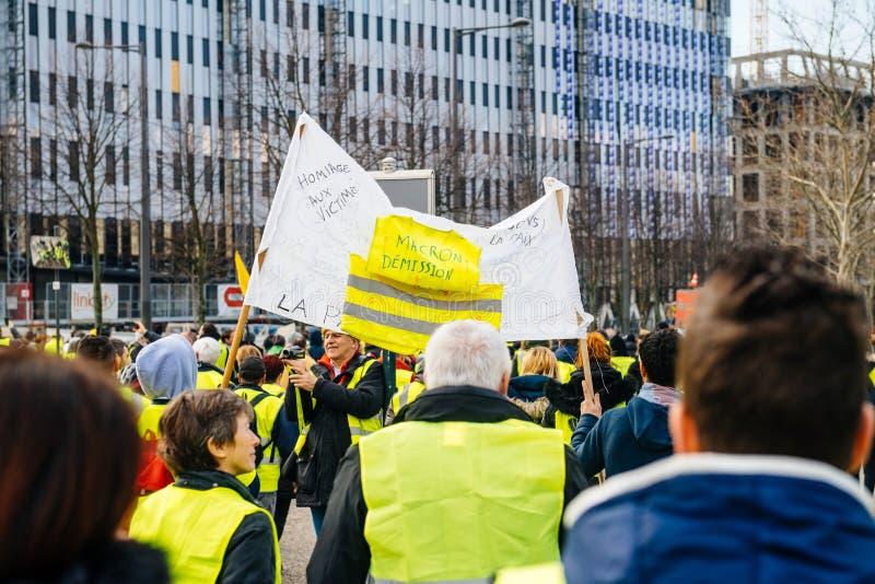 Plakat z wpisowym Macron Demission przy żółtymi kamizelkami protestuje fotografia royalty free