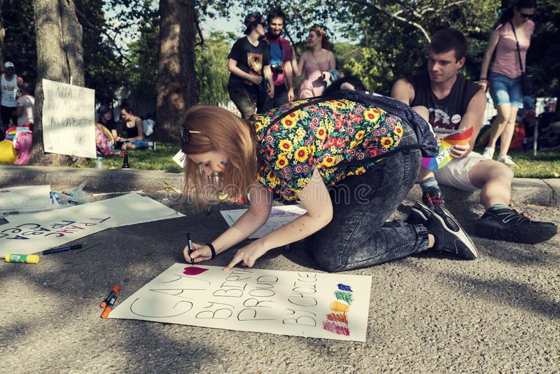 08 plakatet för teckningen för den Juni 2019 Bulgarienpersonen under Sofia Pride ståtar royaltyfri foto