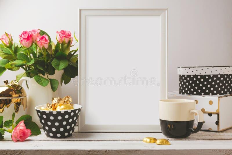 Plakatowy szablonu egzamin próbny up z splendorem i eleganckimi kobiecymi przedmiotami obrazy stock
