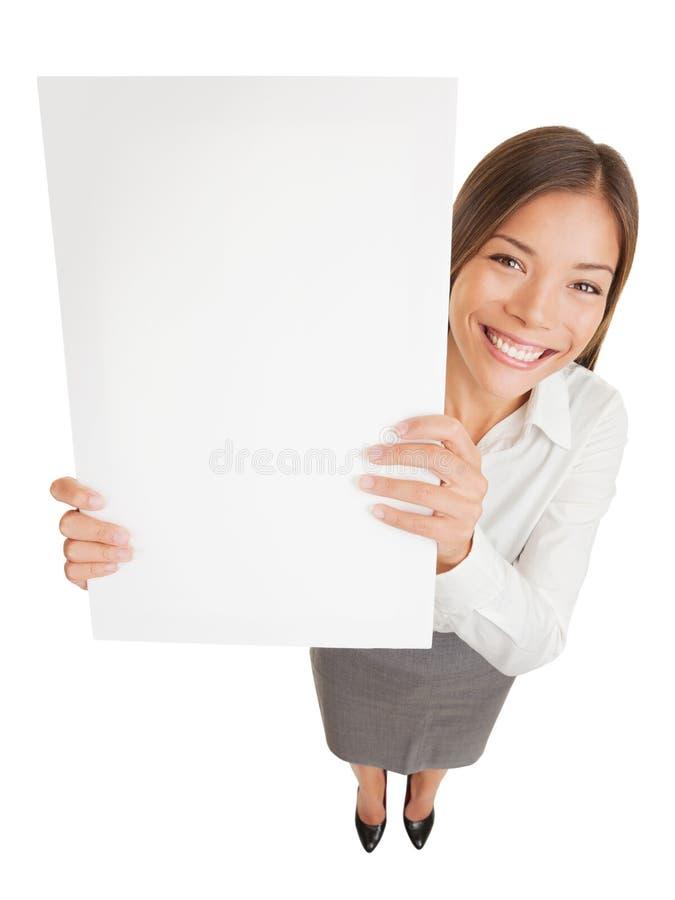 Plakatzeichenfrau, die leeres Schild zeigt lizenzfreies stockfoto