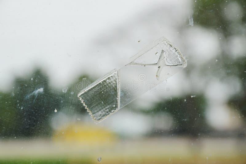 Plakbandvlek op het schild van het vensterglas stock afbeeldingen