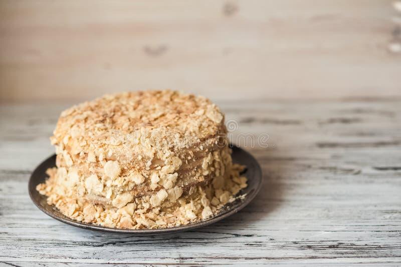 Plakbanketbakkerij Napoleon Cake Gedeelte van de ruimte van het het Dessertexemplaar van de Vlaroom Crumbs rond Plaat Dichte bakk stock foto's