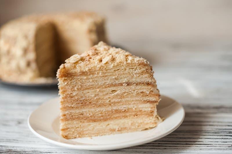 Plakbanketbakkerij Napoleon Cake Gedeelte van de ruimte van het het Dessertexemplaar van de Vlaroom Crumbs rond Plaat Dichte bakk royalty-vrije stock afbeelding