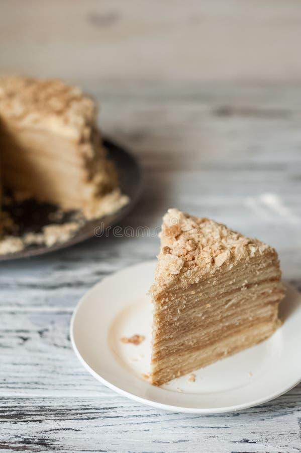 Plakbanketbakkerij Napoleon Cake Gedeelte van de ruimte van het het Dessertexemplaar van de Vlaroom Crumbs rond Plaat Dichte bakk royalty-vrije stock foto