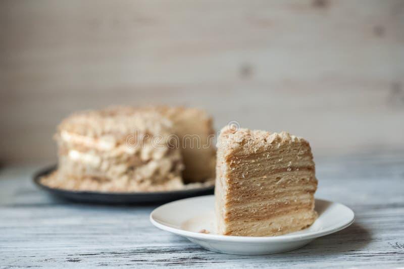 Plakbanketbakkerij Napoleon Cake Gedeelte van de ruimte van het het Dessertexemplaar van de Vlaroom Crumbs rond Plaat Dichte bakk stock foto