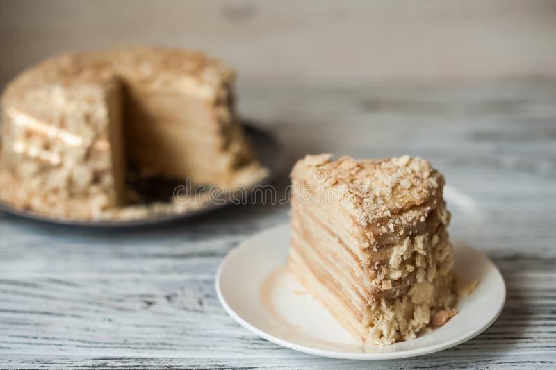 Plakbanketbakkerij Napoleon Cake Gedeelte van de ruimte van het het Dessertexemplaar van de Vlaroom Crumbs rond Plaat Dichte bakk royalty-vrije stock afbeeldingen