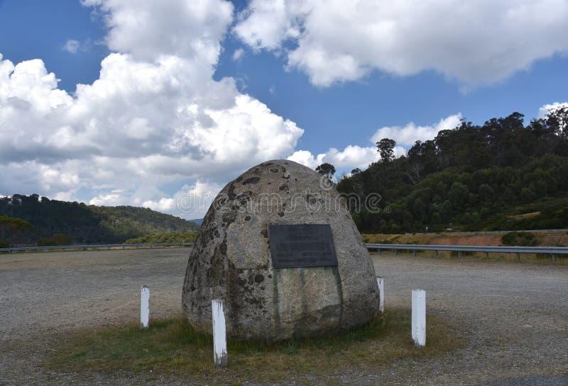 Plakette auf dem großen Felsen an Tooma-Verdammung lizenzfreies stockbild