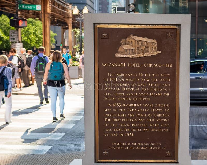 Plakette, die den ursprünglichen Standort Saugansh-Hotels an Wacker und am See in Chicago-Schleife gedenkt lizenzfreie stockfotografie