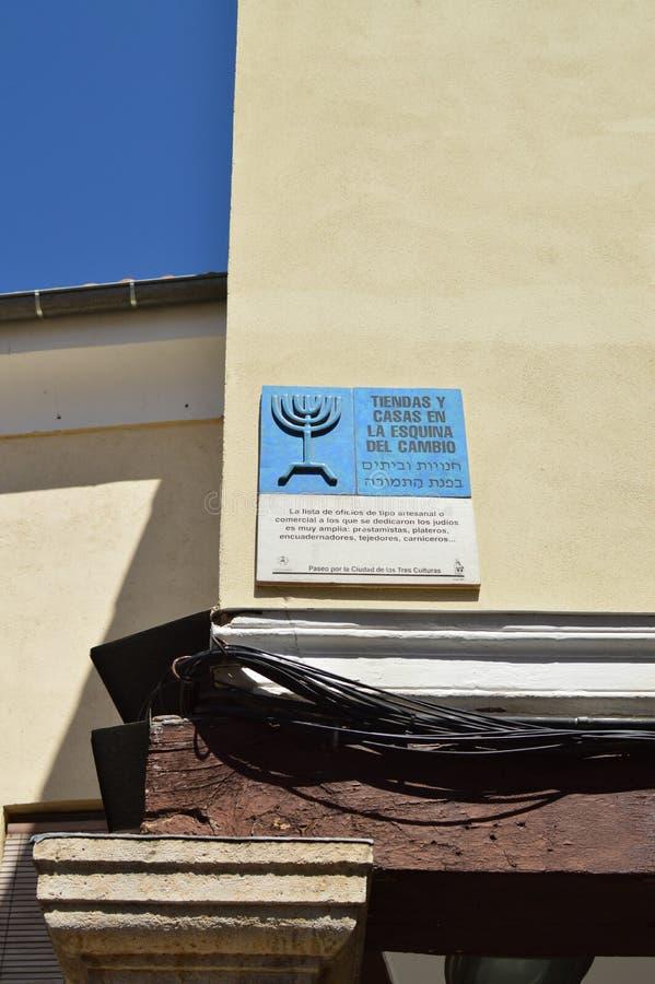Plakette, welche in diesem Fall die alte Begrenzung des jüdischen Viertels die alten Häuser und die Shops an der Ecke der Änderun stockfotos