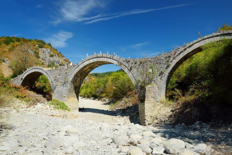 Plakidas overspannen steenbrug van Zagori-gebied in Noordelijk Griekenland De iconische bruggen werden meestal gebouwd tijdens de royalty-vrije stock foto