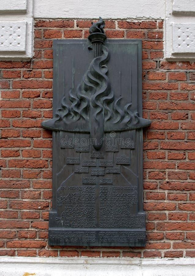 Plakieta upamiętnia dziennikarzów wewnętrzny podwórze które umierali w trzasku samolot Frankener, Oost-Indisch Huis budynek zdjęcie stock