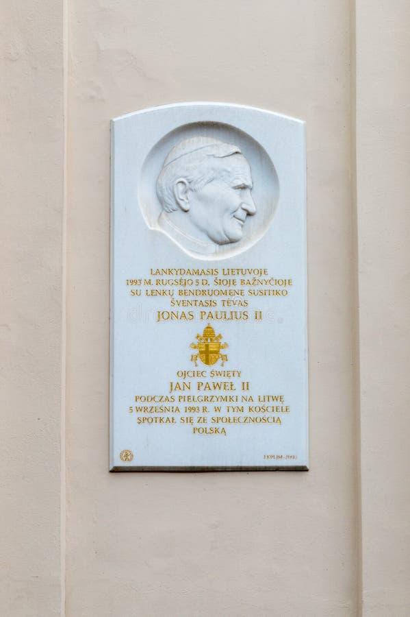 Plakieta upamiętnia spotkania Pope John Paul II z słupa utrzymaniem w Lithuania obraz stock