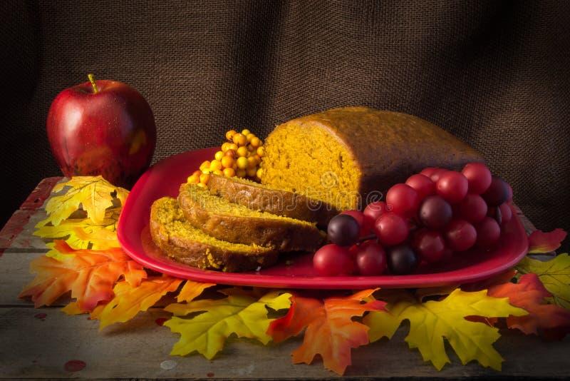 Plakken en brood van vers gebakken pompoenbrood stock afbeeldingen