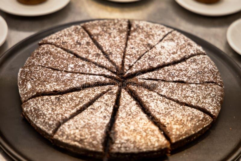 Plakken van chocoladecake met suiker royalty-vrije stock fotografie