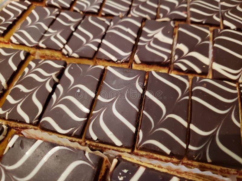 plakken van chocoladecake voor dessert, achtergrond en textuur stock foto's