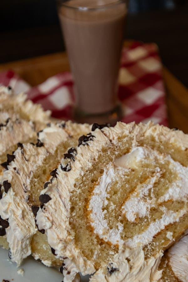 Plakken van de cake van het roomkaasbroodje met chocoladeschilfers en melk royalty-vrije stock afbeeldingen