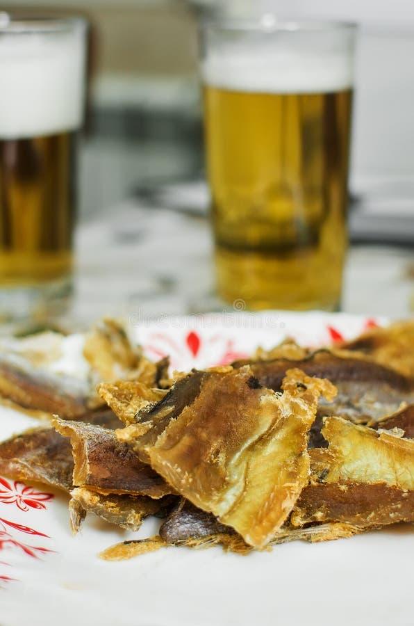 Plakken van gezouten vissen aan bier stock foto