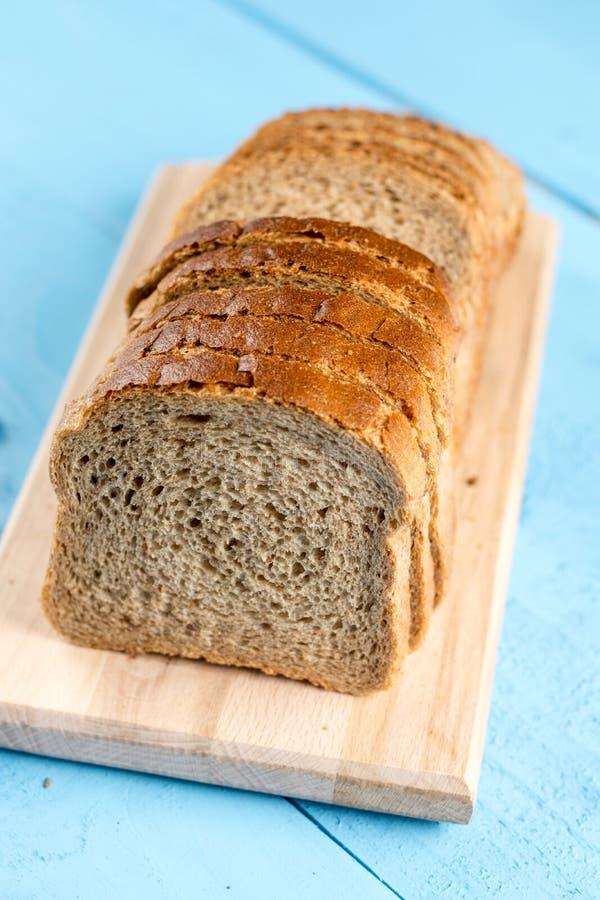 Plakken van het close-up de macro gezonde brood op de houten raad stock afbeelding