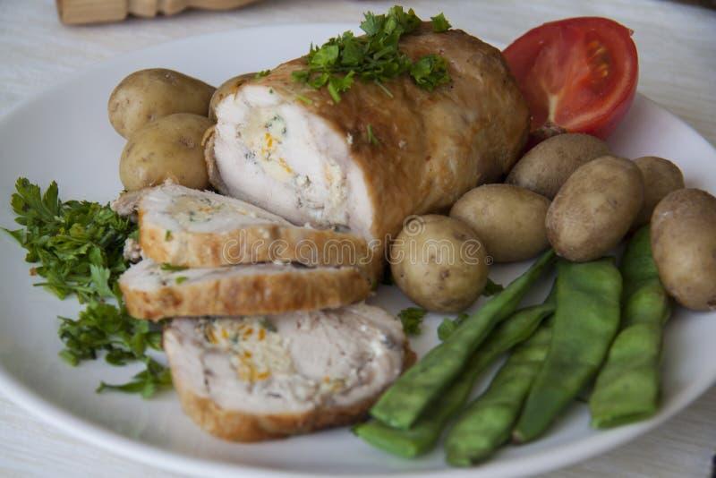 Plakken van kippenbroodje met aardappel stock afbeelding