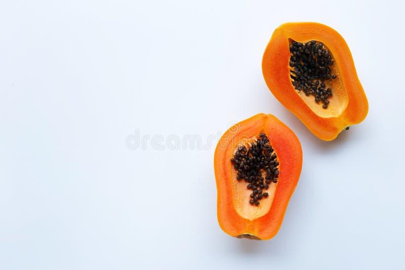 Plakken van papajafruit op een witte achtergrond stock afbeeldingen