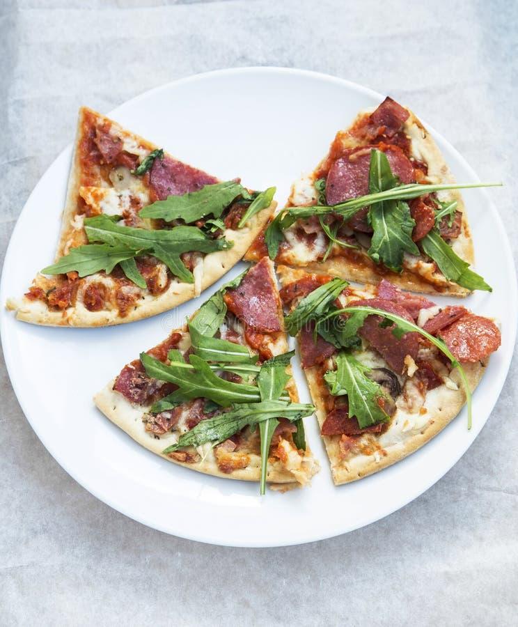 Plakken van Pizzasalami met Rucola royalty-vrije stock foto's