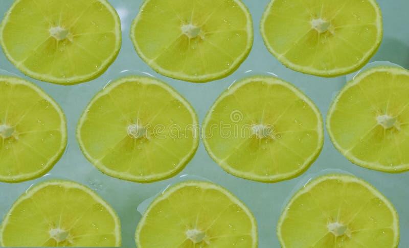 Plakken van rijpe citroen op een lichtblauwe achtergrond stock afbeelding