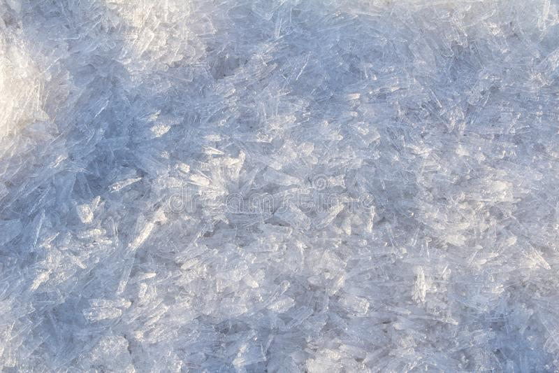 Plakken van verpletterd ijs op de zonachtergrond stock afbeelding