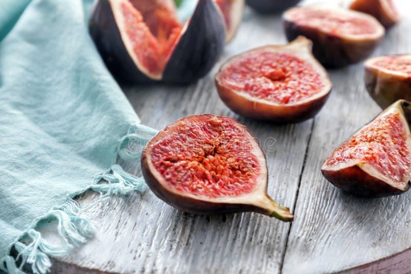 Plakken van verse rijpe purpere fig. op houten raad, close-up stock foto