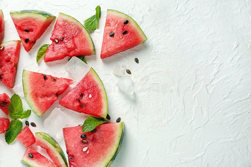 Plakken van watermeloen en ijsblokjes op witte achtergrond royalty-vrije stock foto's