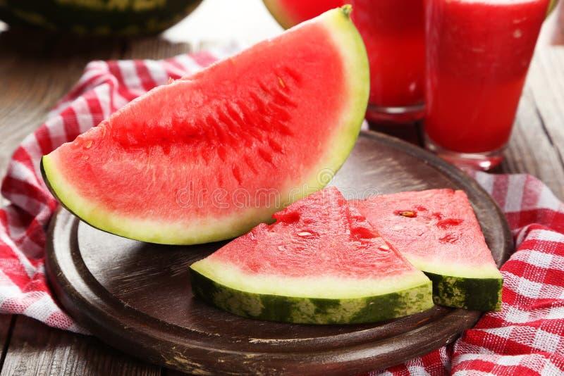 Plakken van watermeloen op bruine houten achtergrond stock fotografie