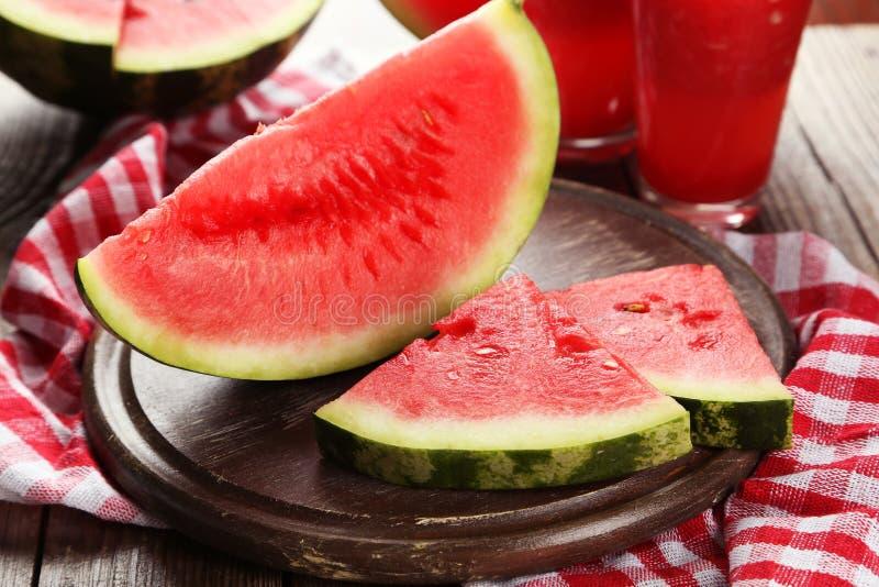 Plakken van watermeloen op bruine houten achtergrond stock foto's