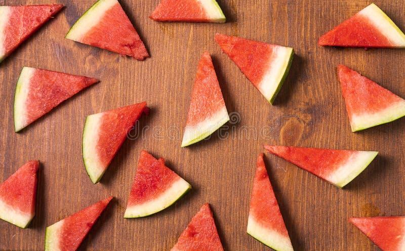 Plakken van watermeloen op oude bruine houten achtergrond stock afbeelding