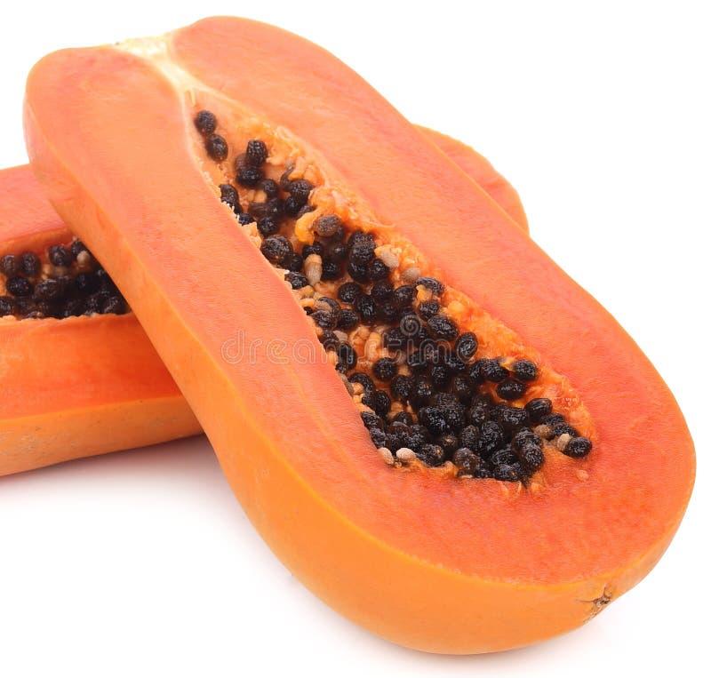 Plakken van zoete papaja op witte achtergrond stock afbeelding