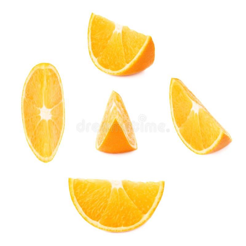 Plaksectie van sinaasappel over de witte achtergrond, reeks wordt geïsoleerd verschillende foreshortenings die stock foto