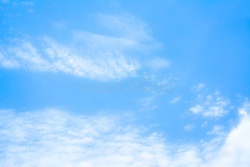plama bielu niebieskiego nieba i chmury tła wizerunek obrazy royalty free