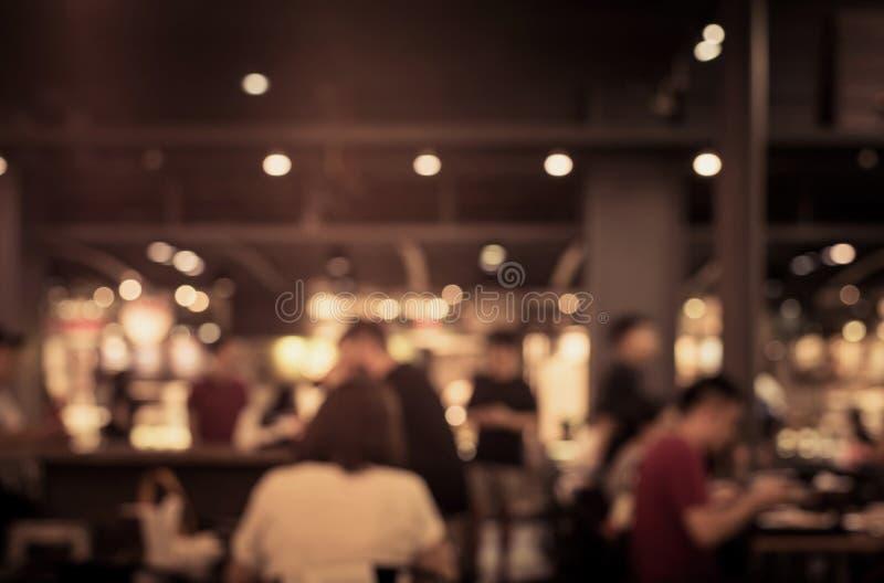 Plama ludzie w kawiarni, restauracja z oświetleniowym tłem zdjęcia stock
