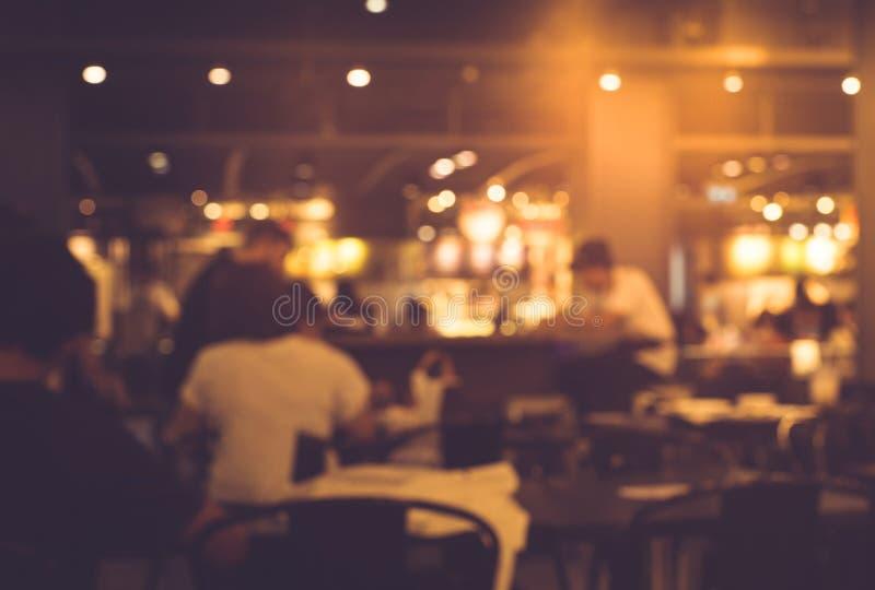 Plama ludzie w kawiarni, restauracja z oświetleniowym tłem zdjęcia royalty free