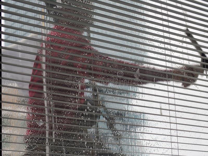 Plama mężczyzna czysty szklany okno arkana dostępem na wysokim wzrosta budynku fotografia royalty free