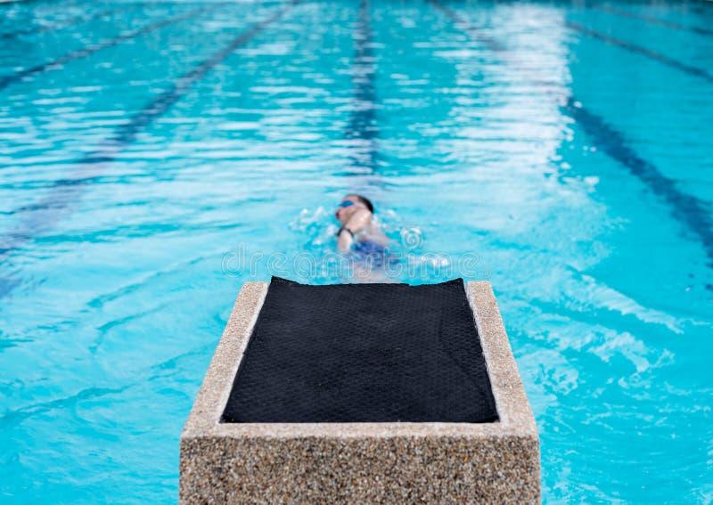 Plama mężczyzna pikowanie w pływackim basenie dla zdrowego pojęcia zdjęcie royalty free