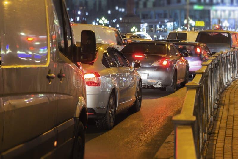 Plama ruchu drogowego dżem na drodze w mieście w wieczór świetle, abstrakcjonistyczny nocy światła tło z rozmytą płytką głębią os zdjęcia stock