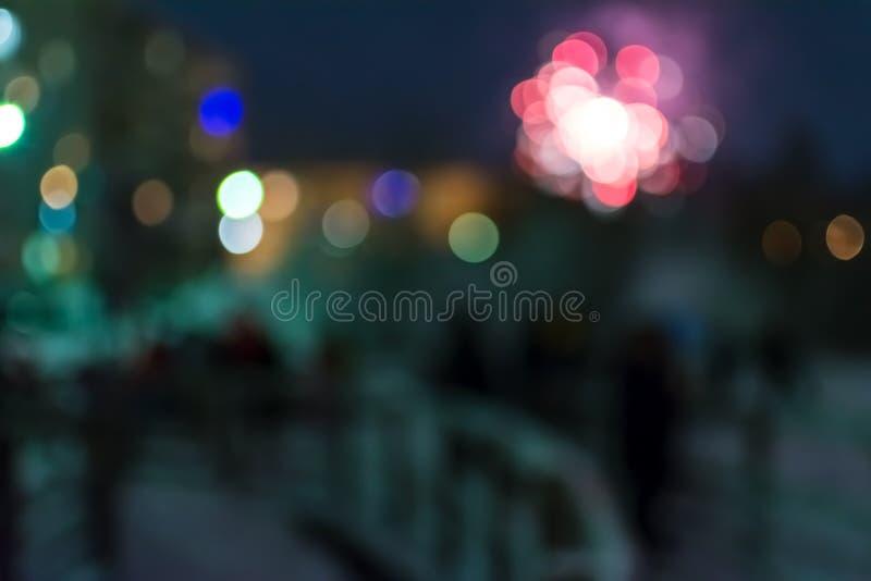 Plama widok fajerwerki i odświętność ludzie z jaskrawym round bokeh zdjęcie royalty free