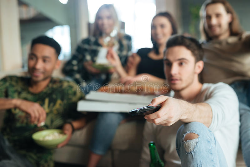 Plama wizerunek pięć przyjaciół siedzi z pizzą obraz stock