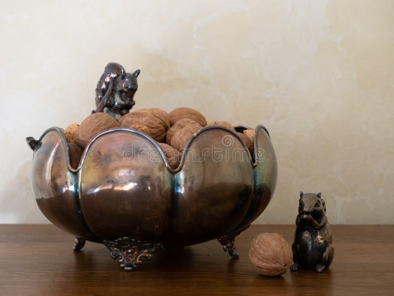 Plamiący Srebny puchar z Mieszanymi dokrętkami i Wiewiórczymi figurkami fotografia stock