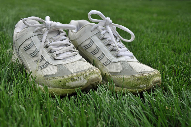 plamiący trawa buty obraz stock