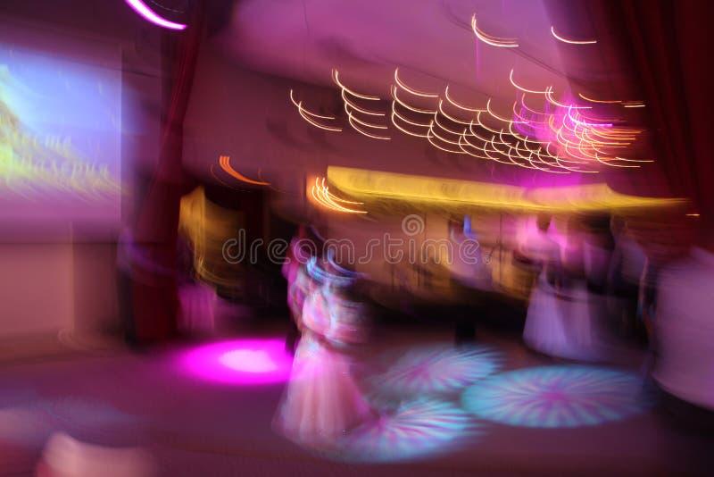plamy abstrakcjonistycznej kamery kolorowe dancingowej blisko klubu disco przepływ obrazu nocy panning szczęśliwi ludzie zamykają zdjęcie stock