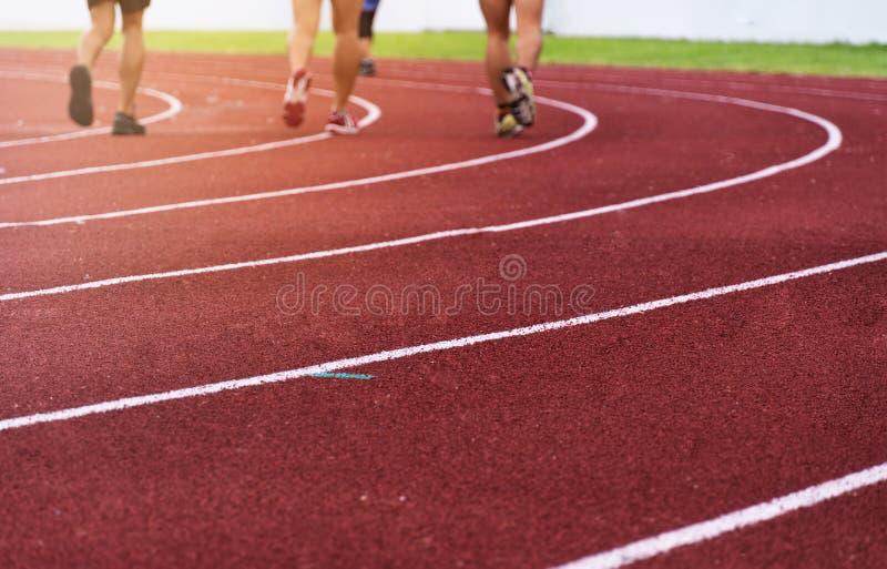 Plamy grupa atleta iść na piechotę na czerwonej działającej obszaru bielu krzywy linii sporta stadium tło zdjęcie royalty free