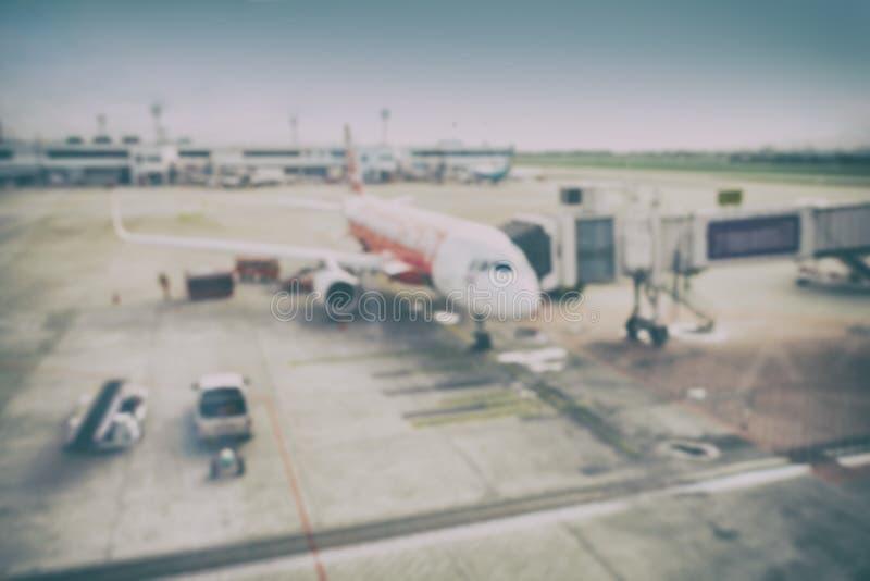 Plamy tła samolot i ładowniczy rozładunkowy teren fotografia royalty free
