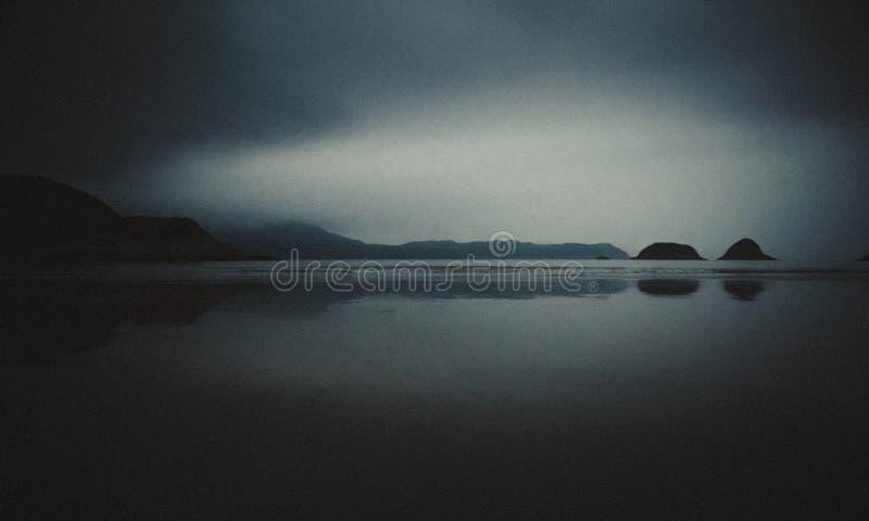 Plamy ujawnienia seascape długa sceneria w nocy Czarny i biały Miękka część filmu adry styl fotografia stock
